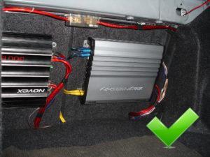 Качественная установка автомобильного усилителя, ни один провод не болтается всё эстетично.