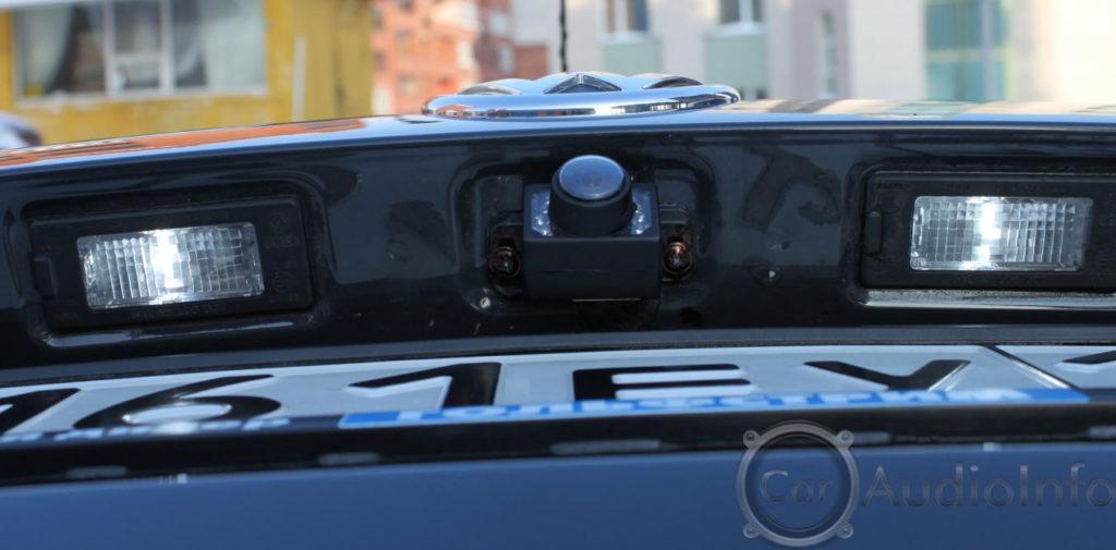 камера заднего хода которая установлена выше номерного знака